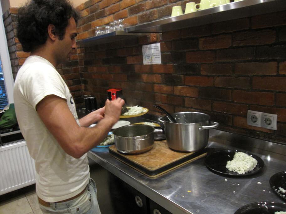 料理をしているイラン人