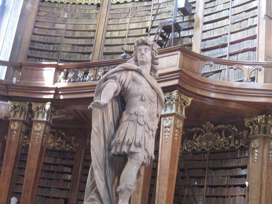 オーストリア国立図書館(プランクザール)のカール6世の像