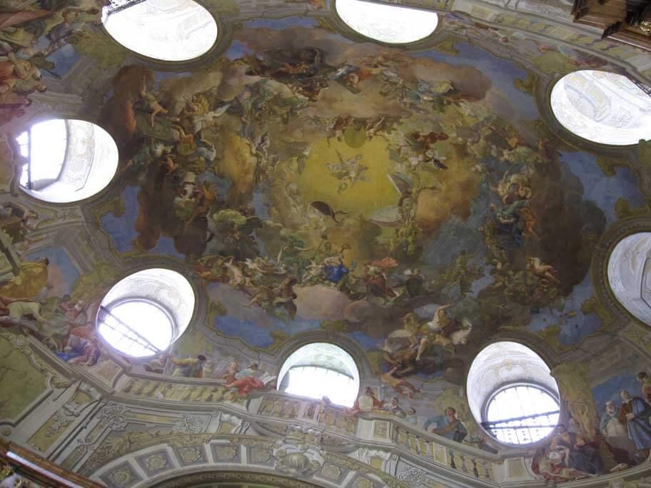 オーストリア国立図書館(プランクザール)の天井に描かれているフレスコ画