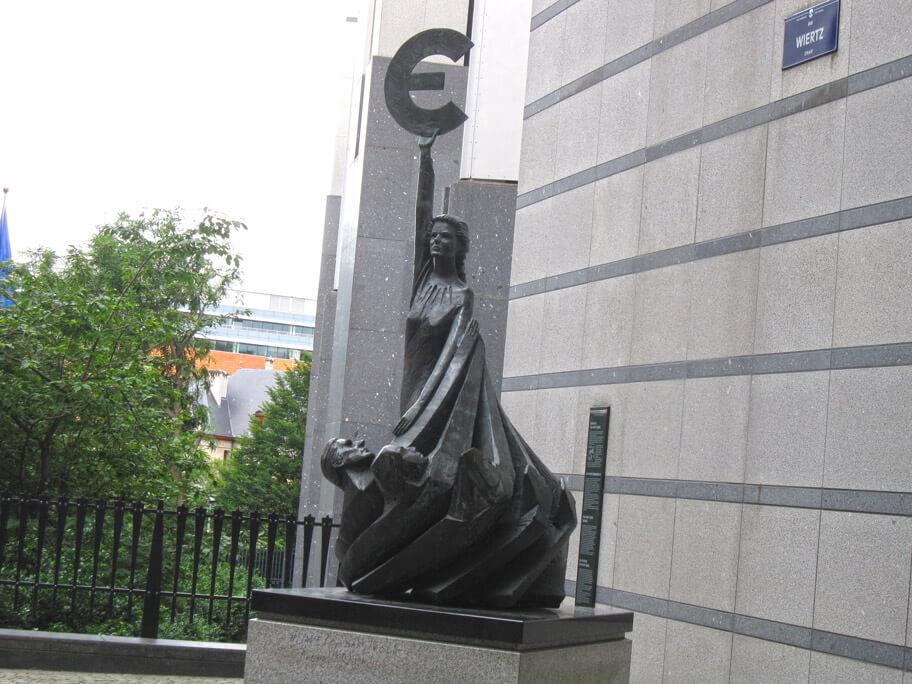 欧州議会の建物前にある銅像