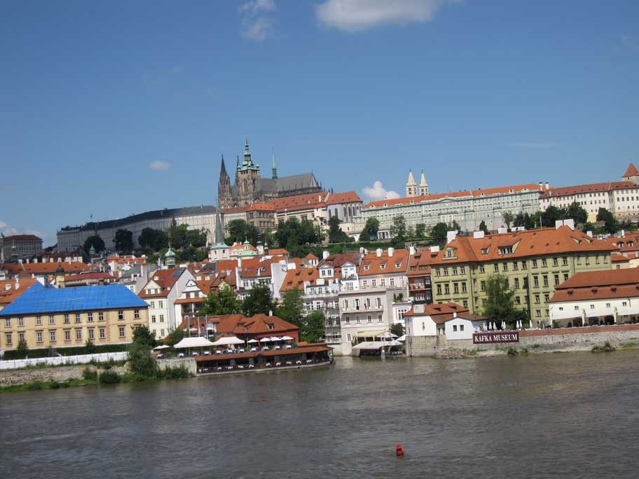 カレル橋から見えるプラハ城