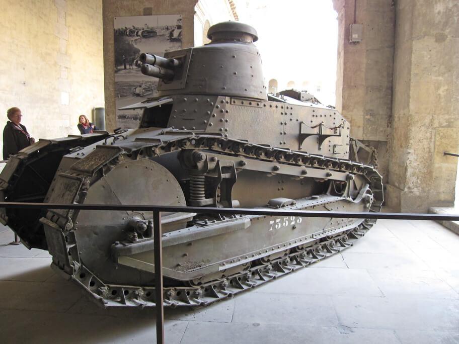 アンヴァリッドの中庭にある戦車
