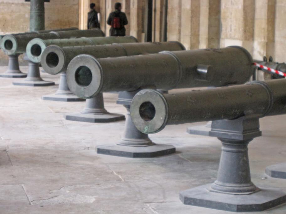 アンヴァリッドの中庭にある大砲