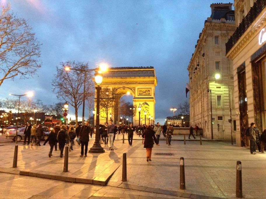 シャンゼリゼ大通りから見る凱旋門
