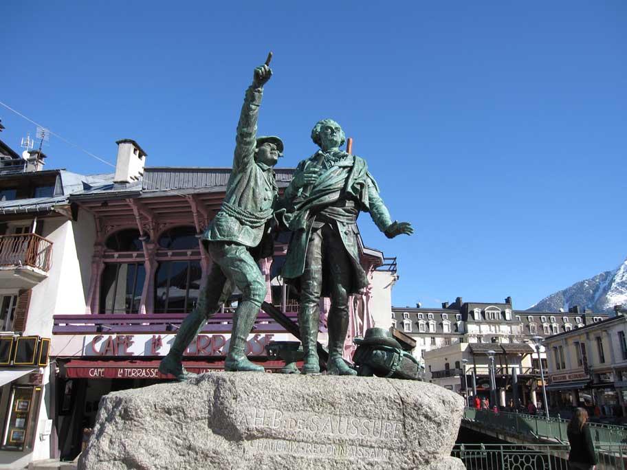 シャモニー・モンブラン,ジャックバルマとミッシェル・パカールの銅像