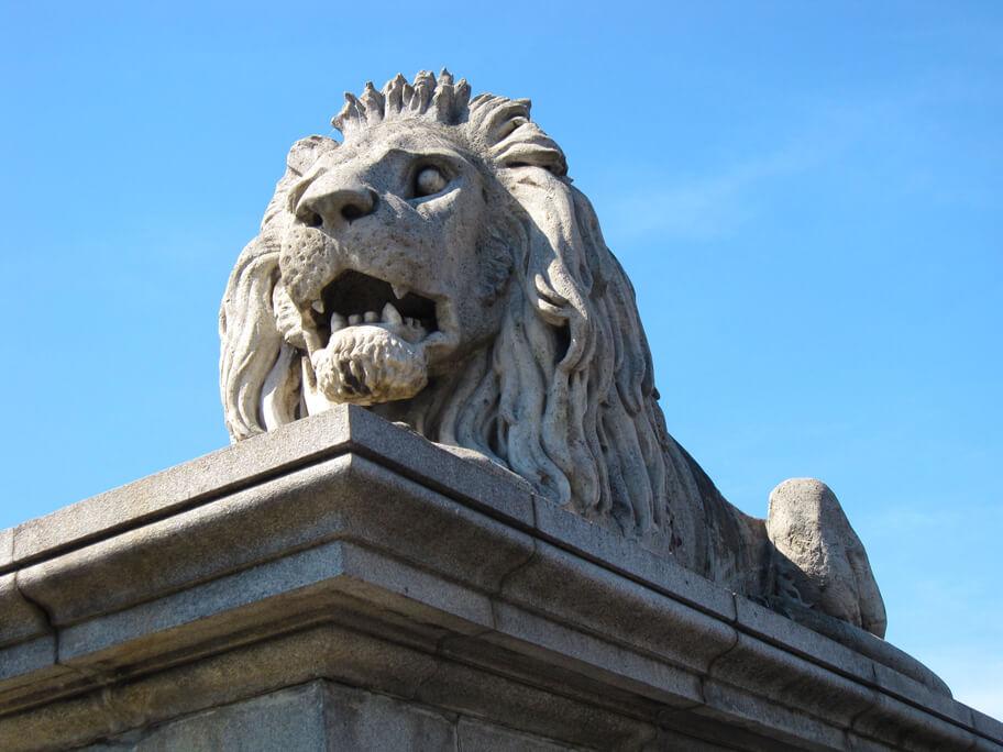 くさり橋にあるライオン像