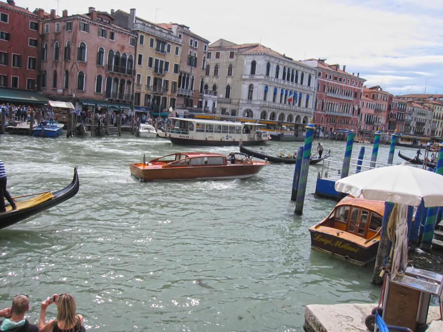 ベネチアの運河を移動する船