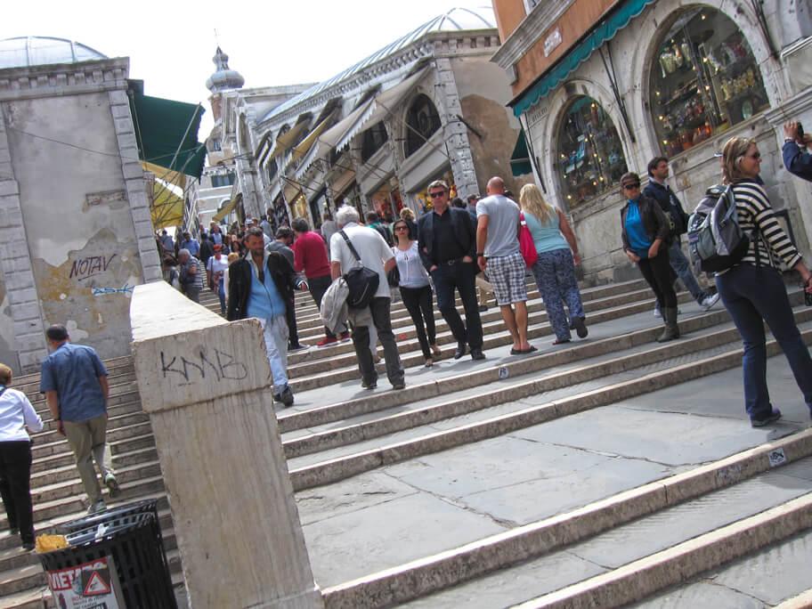 ベネチアの橋と観光客