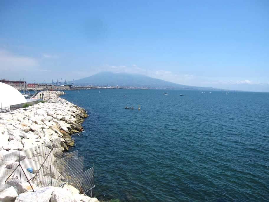 ナポリから見えるヴェスヴィオ火山