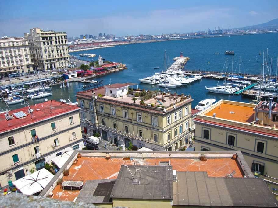 サンタ・ルチア港と卵城