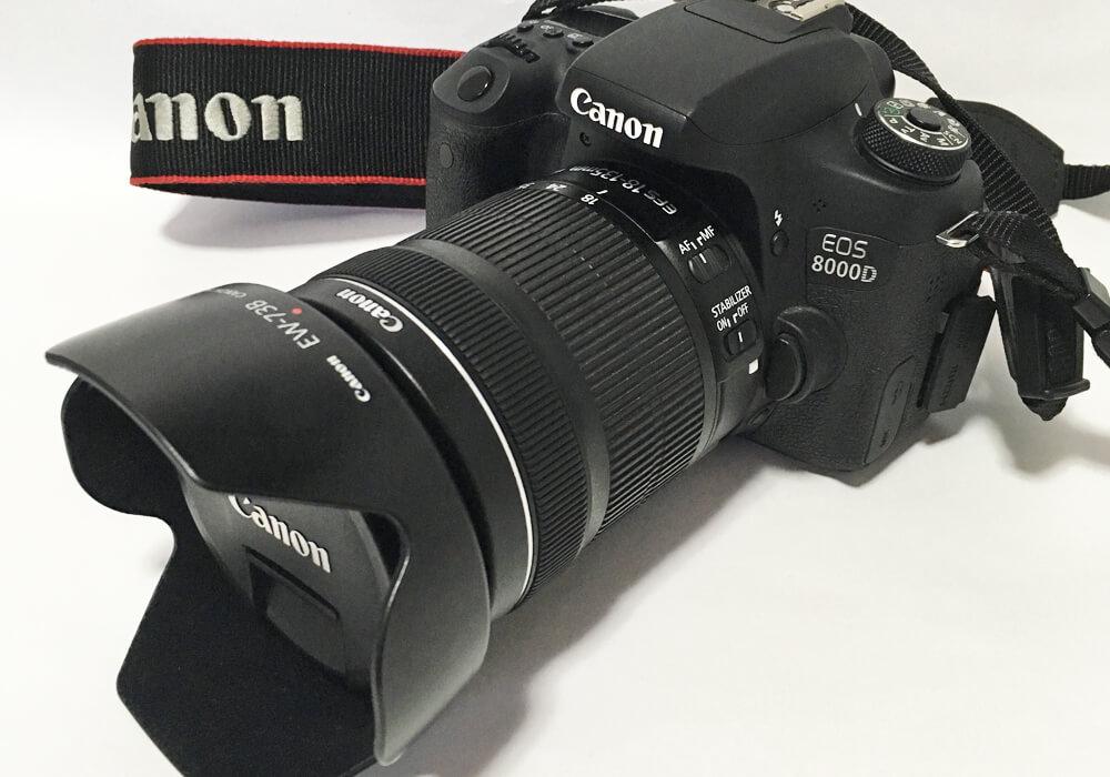 レンズフードをつけているカメラ