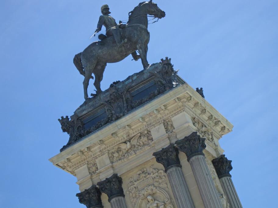 レティーロ公園にあるアルフォンソ12世の騎馬像