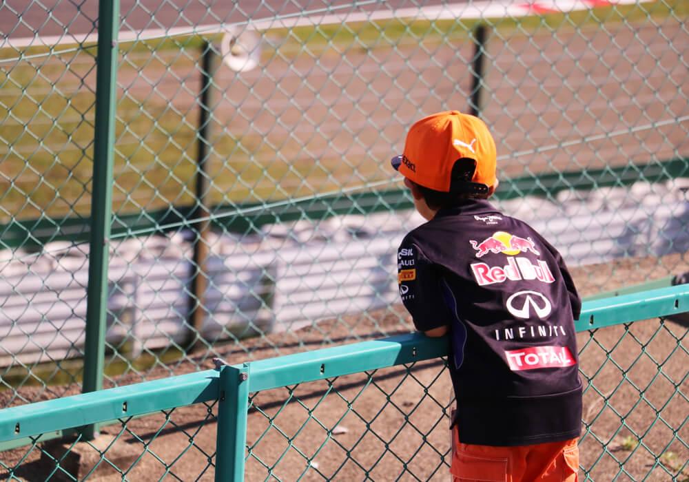 F1日本グランプリを観戦する子供