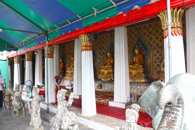 ワット・アルン本堂に並べられた仏像