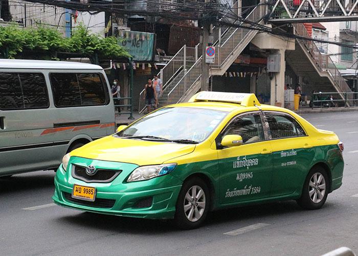 タイ,バンコクの個人タクシー,緑色と黄色のツートンカラー