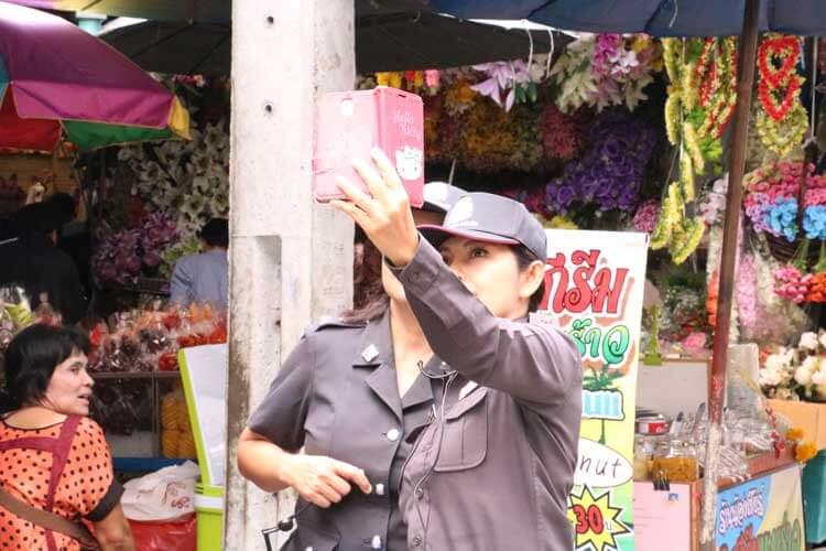 写真を撮る警察官