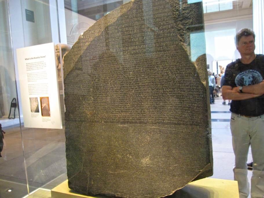 ロゼッタストーンは古代エジプト...